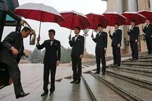 我们撑了3500年的伞,被61岁的英国大叔彻底颠覆.