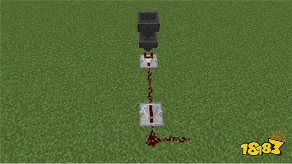 锁部分的红石电路结构比较简单,我们只需要两个漏斗,一个红石比较器